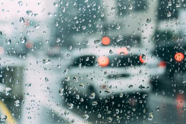 雨の中、車に乗っている夢