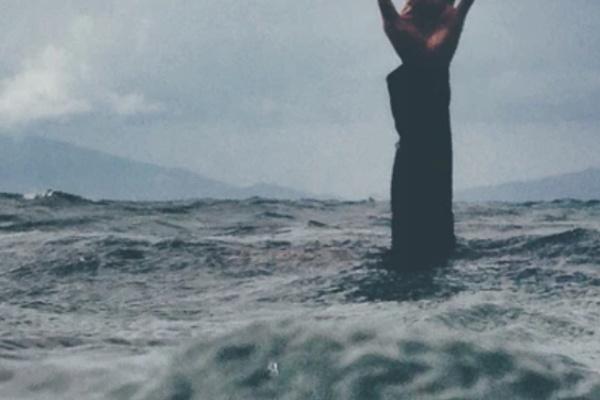 人が海に沈む夢