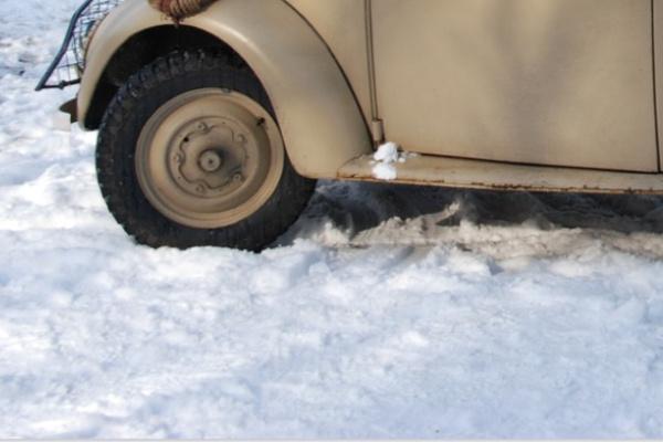 雪道を車でドライブする夢