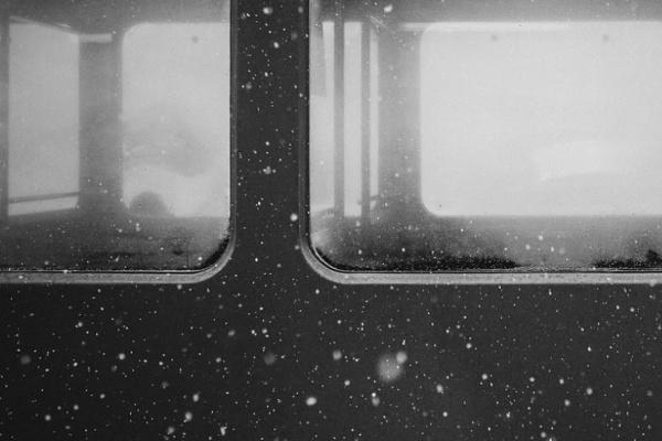 雪の中電車に乗っている夢