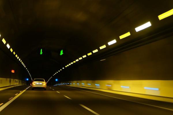 トンネルを車で運転して走る夢