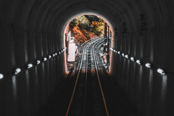電車でトンネルを走る夢