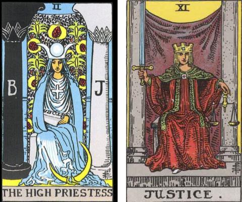 女教皇のカードと正義のカードを見比べ