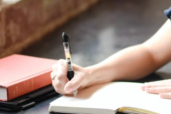 蓄積された不満や感じる違和感をノートにメモし、見える化する