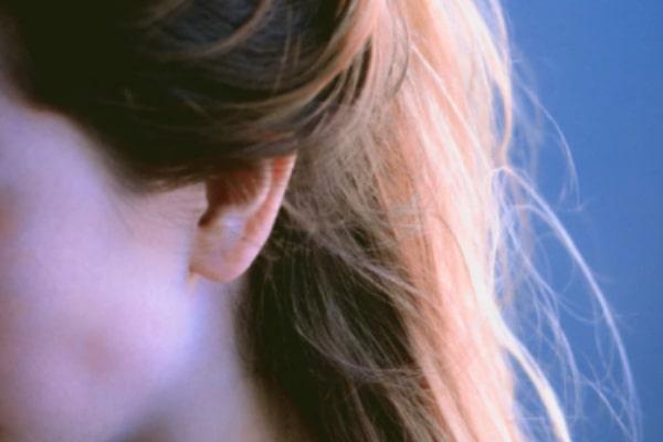 既婚者男性があなたの髪を触る心理