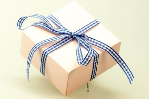 デートやプレゼントに手抜きをする(お金をかけなくなる)